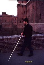 Ragazzo cieco che cammina col bastone bianco